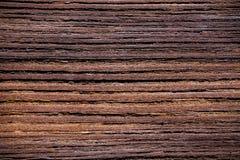 Fermez-vous sur une planche en bois superficielle par les agents Images stock
