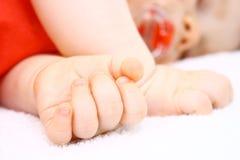 Fermez-vous vers le haut avec la main de chéri en dormant Photos stock