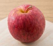 Fermez-vous vers le haut d'Apple rouge sur la planche à découper en bois images libres de droits