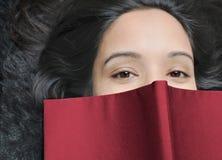 Fermez-vous vers le haut d'un étudiant féminin. Photo stock