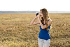 Fermez-vous vers le haut d'un appareil-photo de clic de fille Photographie stock libre de droits