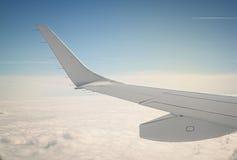 Fermez-vous vers le haut d'un bord d'aile d'avion Photos libres de droits