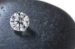 Fermez-vous vers le haut d'un diamant sur la pierre Image stock