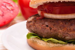 Fermez-vous vers le haut d'un hamburger Photos stock