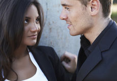 Fermez-vous vers le haut d'un jeune couple de sourire dans l'amour Photos stock