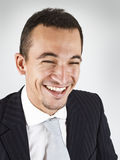 Fermez-vous vers le haut d'un jeune homme d'affaires heureux Photo stock