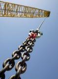 Fermez-vous vers le haut d'un levage de crochet de grue Photographie stock libre de droits