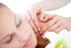 Fermez-vous vers le haut d'un masseur prenant soin d'une femelle photo stock