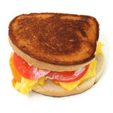 Fermez-vous vers le haut d'un sandwich à oeufs brouillés et à fromage Images libres de droits