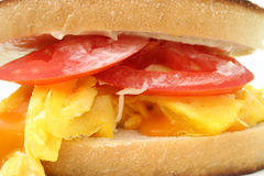 Fermez-vous vers le haut d'un sandwich à oeufs brouillés et à fromage Photo stock