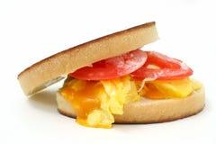 Fermez-vous vers le haut d'un sandwich à oeufs brouillés et à fromage Photographie stock