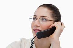 Fermez-vous vers le haut d'un secrétaire faisant un appel de téléphone images stock