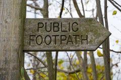 Fermez-vous vers le haut d'un signe public de sentier piéton Photos libres de droits