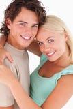 Fermez-vous vers le haut d'un sourire heureux de couples Photo libre de droits