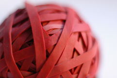 Fermez-vous vers le haut d'une bille rouge d'une bande élastique Photo libre de droits