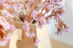 Fermez-vous vers le haut d'une décoration des fleurs lilas minuscules dans le vase Images stock