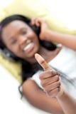 Fermez-vous vers le haut d'une femme africaine faisant des pouces Photographie stock libre de droits