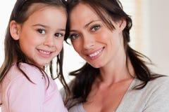 Fermez-vous vers le haut d'une fille et de sa mère Image libre de droits