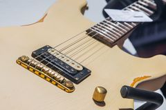 Fermez-vous vers le haut d'une guitare électrique Photographie stock libre de droits