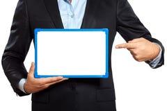 Fermez-vous vers le haut d'une main d'homme d'affaires tenant montrer le tableau blanc Photo stock