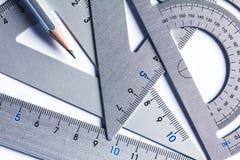 Fermez-vous vers le haut d'une pièce de l'outil argenté de mesure de précision Photo libre de droits
