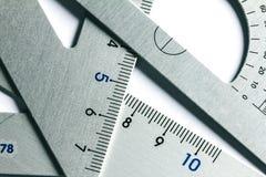 Fermez-vous vers le haut d'une pièce de l'outil argenté de mesure de précision Images libres de droits