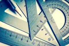 Fermez-vous vers le haut d'une pièce de l'outil argenté de mesure de précision Photos stock
