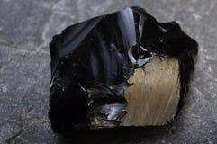 Fermez-vous vers le haut d'une pierre d'obsidien images stock