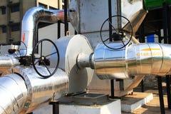 Fermez-vous vers le haut d'une pipe d'air chaud industrielle connectée au ventilateur d'air chaud Photographie stock libre de droits