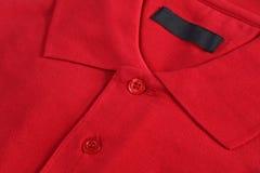 Fermez-vous vers le haut d'une polo-chemise rouge Images libres de droits