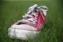 Fermez-vous vers le haut d'une vieille chaussure rouge Image libre de droits