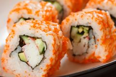 Fermez-vous vers le haut d'Uramaki la Californie Petit pain de sushi avec le nori, riz, morceaux Images stock
