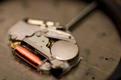 Fermez-vous vers le haut d'utiliser un outil, en réparant un mécanisme de montre, fixant le concept Photographie stock libre de droits