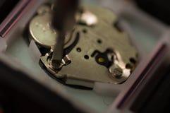 Fermez-vous vers le haut d'utiliser un outil, en réparant un mécanisme de montre, fixant le concept Photos libres de droits