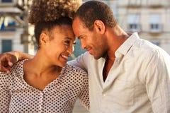Fermez-vous vers le haut de beaux couples sur l'extérieur debout de date image libre de droits
