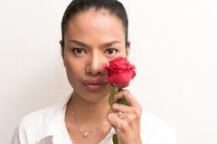 Fermez-vous vers le haut de belles femmes asiatiques avec la rose de rouge Images stock