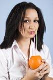 Fermez-vous vers le haut de boire frais orange de fille Photographie stock libre de droits