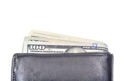 Fermez-vous vers le haut de cent billets de banque du dollar dans le portefeuille en cuir noir dessus Photo stock