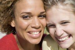 Fermez-vous vers le haut de deux amis féminins Photos libres de droits