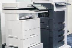 Fermez-vous vers le haut de deux imprimantes de bureau Photographie stock