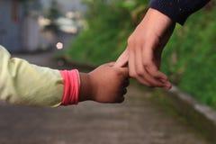 Fermez-vous vers le haut de deux jeunes soeurs jugeant la marche de mains extérieure à l'après-midi, ton naturel Photo libre de droits