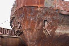 Fermez-vous vers le haut de deux vieilles ancres rouillées sur le bateau rouillé abandonné cassé image stock