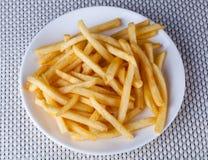 Fermez-vous vers le haut de Fried French Fries dans le plat blanc Images libres de droits