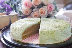 Fermez-vous vers le haut de grande livre du gâteau de thé vert découpé en tranches sur le dessus de table Images libres de droits