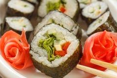 Fermez-vous vers le haut de Hosomaki avec des légumes Petit pain de sushi avec le nori, riz, p Image libre de droits