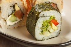 Fermez-vous vers le haut de Hosomaki avec des légumes Petit pain de sushi avec le nori, riz, p Photographie stock libre de droits