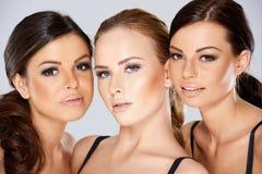 Fermez-vous vers le haut de jolis visages de jeunes femmes Image stock