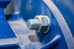 Fermez-vous vers le haut de l'écrou en métal sur le boulon Photographie stock libre de droits