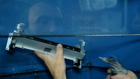 Fermez-vous vers le haut de l'électronique propre de travailleur de tir avec l'air comprimé banque de vidéos