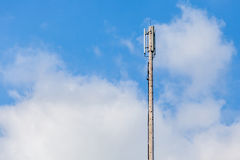 Fermez-vous vers le haut de l'émetteur cellulaire, antenne doublet pour le telecommunicat Photographie stock libre de droits